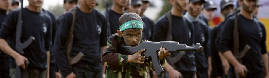 Hamas_teach_children_to_use_Kalachnikov_rifles