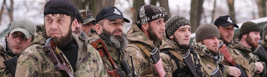"""แบ่งแยก Pro-จากรัสเซียเชเชน """"ความตาย"""" กองทัพยืนอยู่ในเส้นในระหว่างการฝึกซ้อมในดินแดนที่ควบคุมโดยประกาศตัวเองสาธารณรัฐประชาชนโดเนตสค์"""