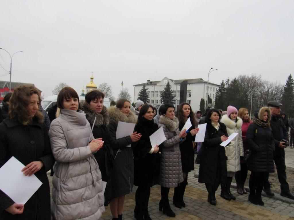 Os manifestantes fixeron un chamamento ao presidente Zelensky para que volva a pensar